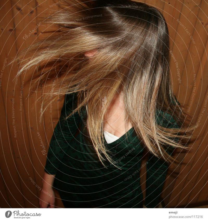 Drehhaar Frau Jugendliche rocken Party authentisch Holzwand Luft Brise schön süß genießen Gute Laune Bewegung Friseur Kopfschütteln Angst drehen Freude