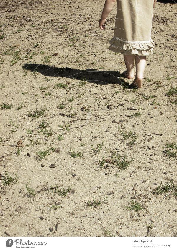 Ich geh dann mal Kind blond Mädchen Barfuß Kleid Holz Suche Spielplatz Sommer Physik Ereignisse Spielen Kinderspiel Zeitvertreib Kindergarten kinderfeindlich