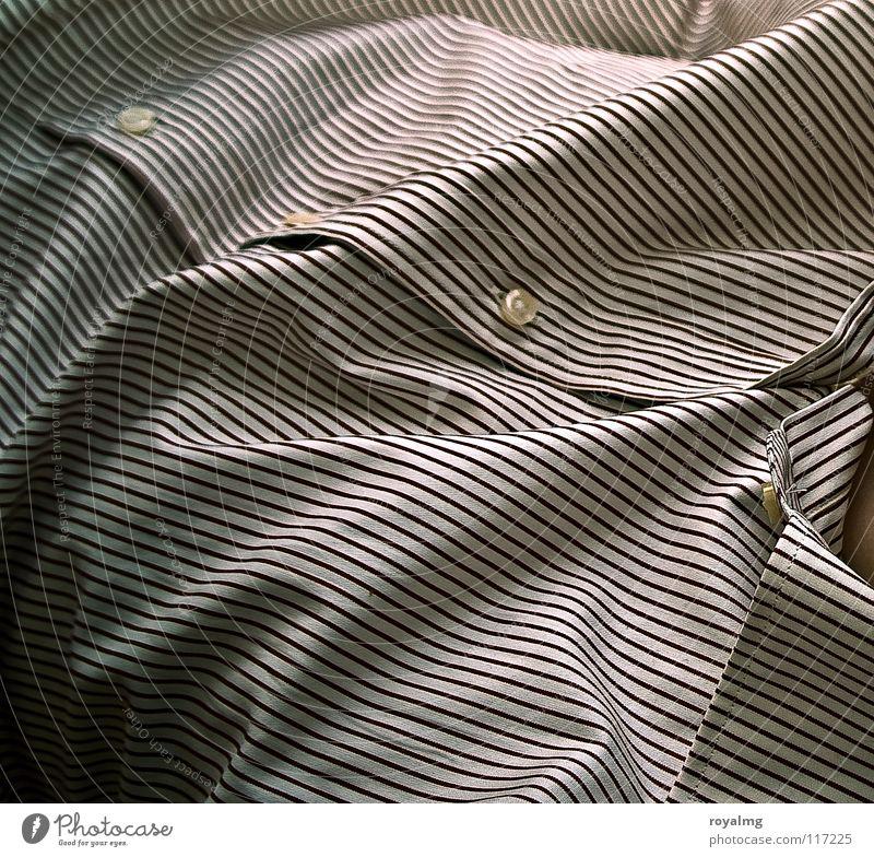 ...closer Hemd Streifen braun weiß Oberkörper glänzend Stoff Knöpfe Mann Haut Linie Falte