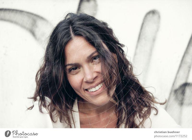 smiling woman feminin 1 Mensch 30-45 Jahre Erwachsene brünett langhaarig Lächeln lachen Blick authentisch Erfolg Freundlichkeit Fröhlichkeit frisch Gesundheit