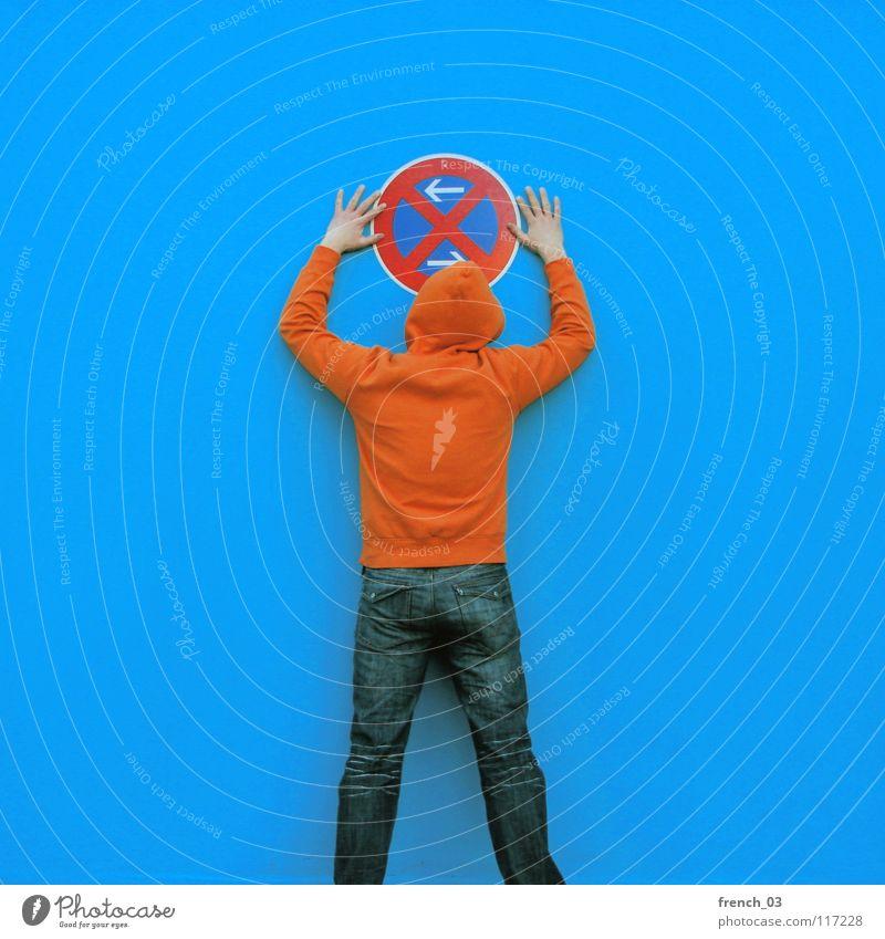 Bußgeldverdächtig Mensch Mann blau Hand weiß schön rot Farbe Wand Mauer Beine orange Deutschland Arme Schilder & Markierungen maskulin