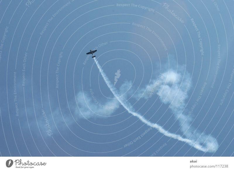 Flugtag 5 Flugzeug 2. Weltkrieg Armee Flugplatz Jubiläum Flugschau Veranstaltung Aktion Sternmotor krumm Wettflug Sportveranstaltung Wolken Rauch himmelblau