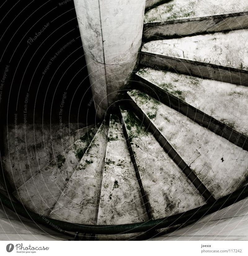 Zugang zur Unterwelt Zweck Abstieg aufsteigen dunkel abwärts Hölle Blick nach unten nass rein Rutschgefahr Glätte Spirale unheimlich Wendeltreppe Detailaufnahme