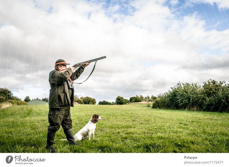 Jäger schießt ein Gewehr Hund Mensch Natur Mann Landschaft Erwachsene Herbst Senior Wiese Sport Spielen Lifestyle maskulin Freizeit & Hobby wild Aktion