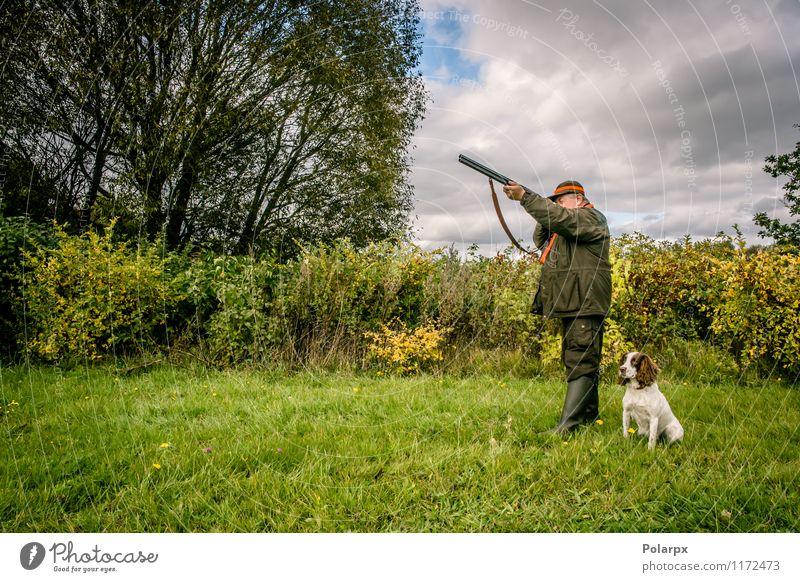 Jäger in der Natur Freizeit & Hobby Spielen Jagd Sport Mensch Mann Erwachsene 30-45 Jahre 45-60 Jahre 60 und älter Senior Landschaft Herbst Wiese Jacke Hund