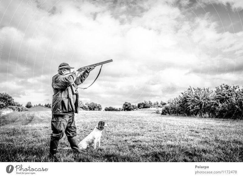 Jäger, der mit Gewehr zielt Freizeit & Hobby Spielen Jagd Sport Mensch Mann Erwachsene Natur Landschaft Herbst Wiese Jacke Hund wild Konzentration Aktion zielen
