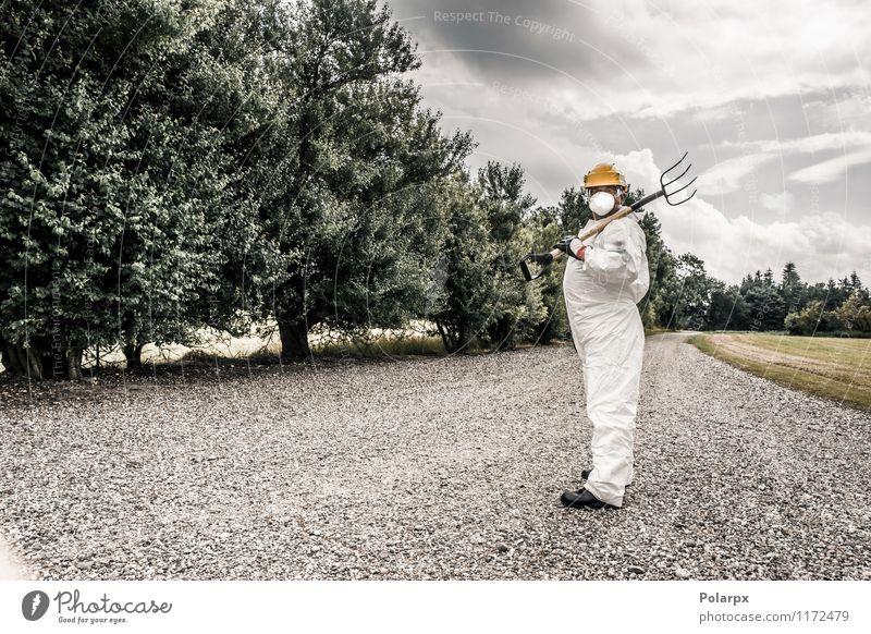 Arbeiter mit einer Gabel Wissenschaften Arbeit & Erwerbstätigkeit Beruf Industrie Werkzeug Mensch Mann Erwachsene Natur Wolken Gras Straße Anzug Handschuhe