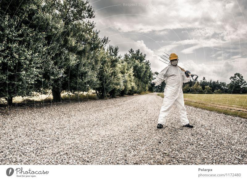 Arbeitskraft, die auf einer Straße steht Mensch Natur Mann Wolken Erwachsene gelb Gras Arbeit & Erwerbstätigkeit Angst stehen gefährlich Industrie Sicherheit