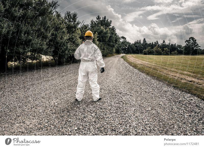 Arbeitskraft, die hinunter eine Straße schaut Gabel Wissenschaften Arbeit & Erwerbstätigkeit Beruf Industrie Werkzeug Mensch Mann Erwachsene Natur Wolken Gras