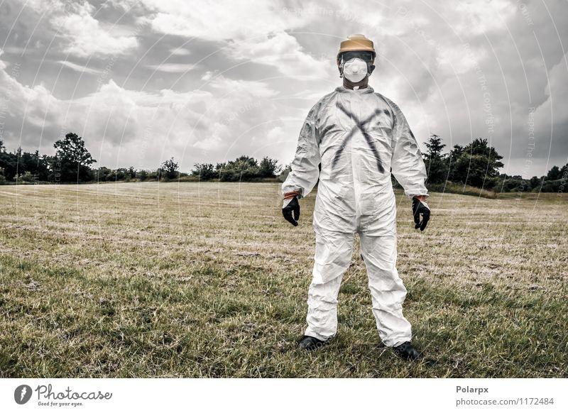 Mann in Schutzanzug Mensch Natur Wolken Erwachsene gelb Gras Arbeit & Erwerbstätigkeit Angst stehen gefährlich Industrie Sicherheit Beruf stark Wissenschaften