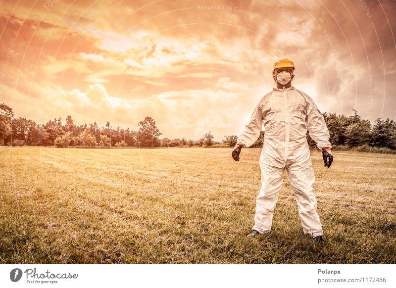 Chemiker auf einem Feld Mensch Natur Mann Wolken Erwachsene gelb Gras Arbeit & Erwerbstätigkeit Angst stehen gefährlich Industrie Sicherheit Beruf stark