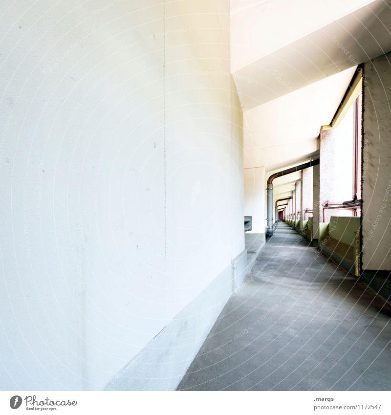 Fluchtweg Bauwerk Architektur Gang Fluchtpunkt hell modern Perspektive Wege & Pfade Ziel Zukunft Farbfoto Außenaufnahme Menschenleer Textfreiraum links