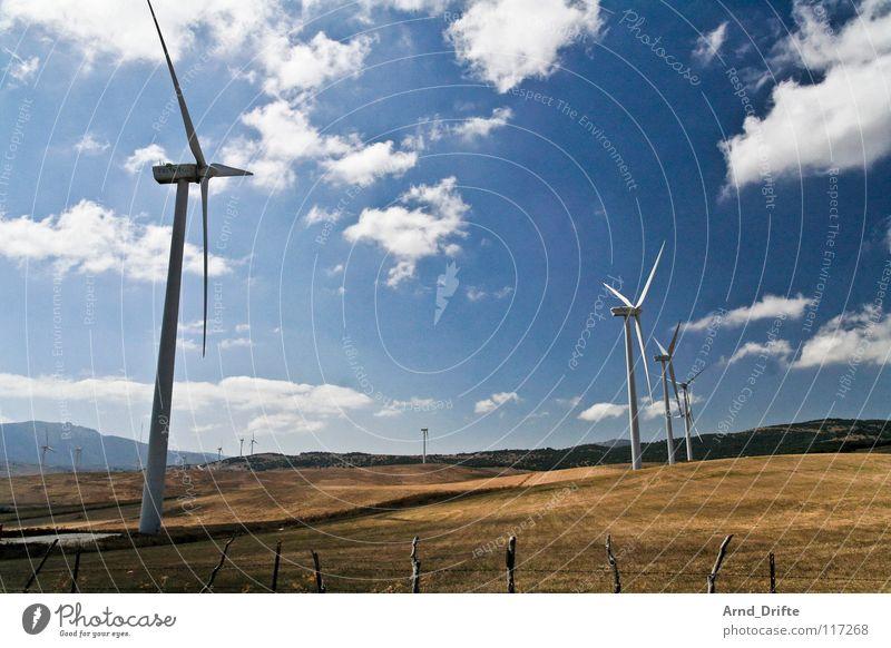 Windpark Andalusien Feld Wolken Zaun weiß Luft Horizont Spanien Elektrizität Wiese Zukunft nachhaltig Himmel Industrie Windkraftanlage blau braun Landschaft