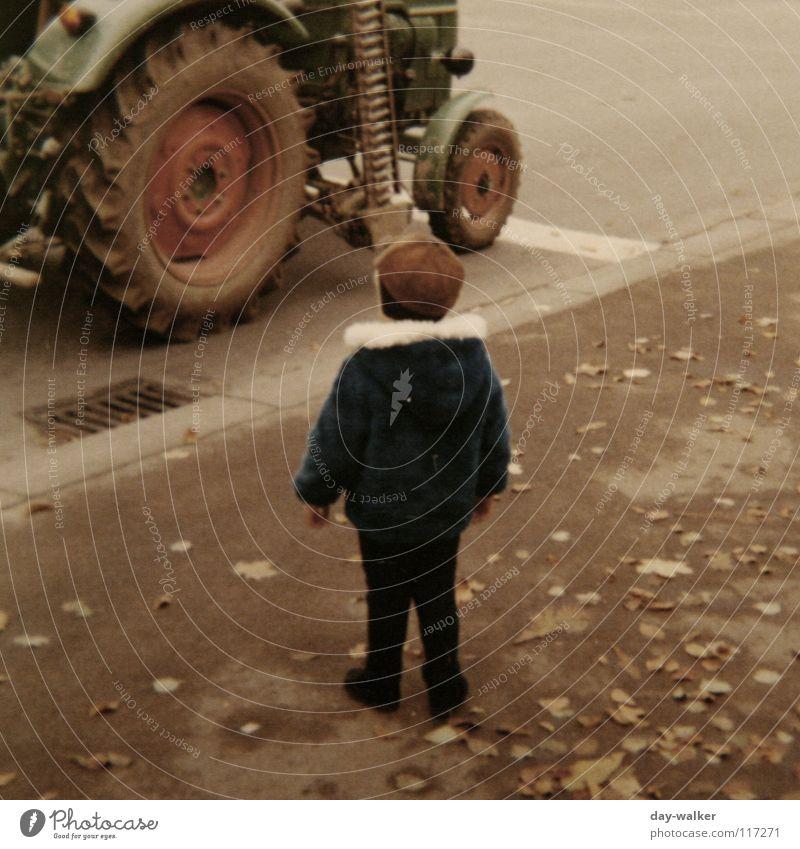 Mensch und Technik Kind alt Blatt Straße Junge warten laufen retro fahren stehen Asphalt Rad Bürgersteig Maschine Respekt Siebziger Jahre