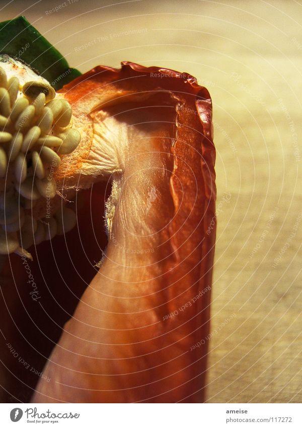 die gute alte Paprika grün schön rot dunkel Holz Küche trocken Gastronomie Gemüse Bioprodukte Abendessen Kerne