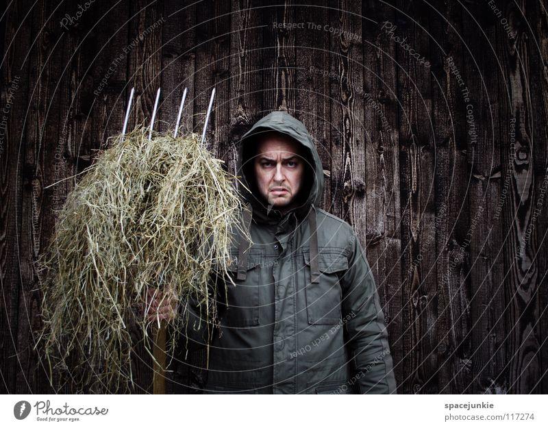 Bauer sucht Frau Mann Freude Winter kalt Arbeit & Erwerbstätigkeit Wand Holz Sauberkeit Reinigen Landwirtschaft Landwirt skurril böse Freak Kapuze Stroh