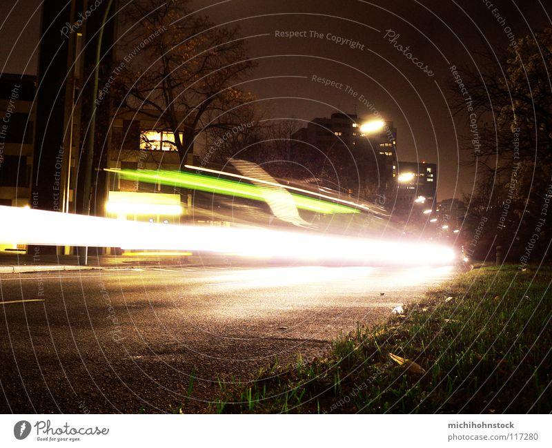BVG ole ole Langzeitbelichtung Licht Streifen Gras dunkel Nacht fahren KFZ Verkehr offen Verkehrsmittel Lichtspiel Lichtstreifen Lampe Berliner Verkehrsbetriebe
