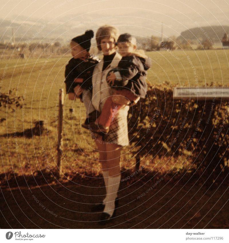 Zusammenhalt Kind Liebe Familie & Verwandtschaft Zufriedenheit Kraft retro Mutter stark Stress Gewicht schwer Zuneigung Eltern