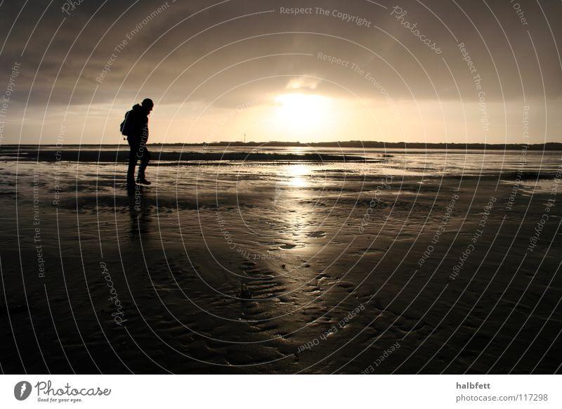 ganz allein Einsamkeit Strand Sonnenuntergang Meer Spiekeroog Wolken dunkel Küste Nordsee Insel Regen Wetter Sand Schatten Abend