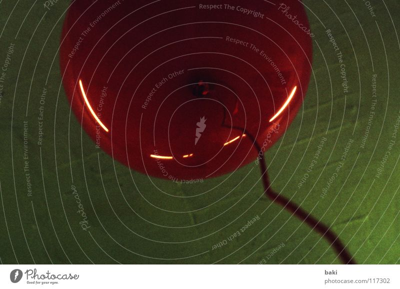 aufsteigend Luftballon blasen Schweben Helium rot grün Schnur festhalten Kunst Kunsthandwerk fliegen festgehalten aufgeblasen