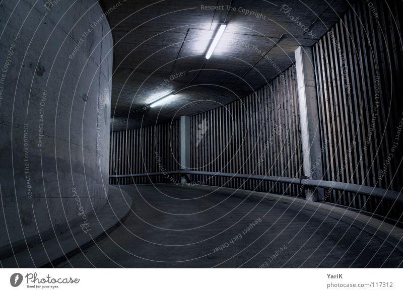 left turn alt blau Einsamkeit Straße Lampe dunkel kalt Wand oben Holz Mauer Wege & Pfade Beleuchtung dreckig Beton rund