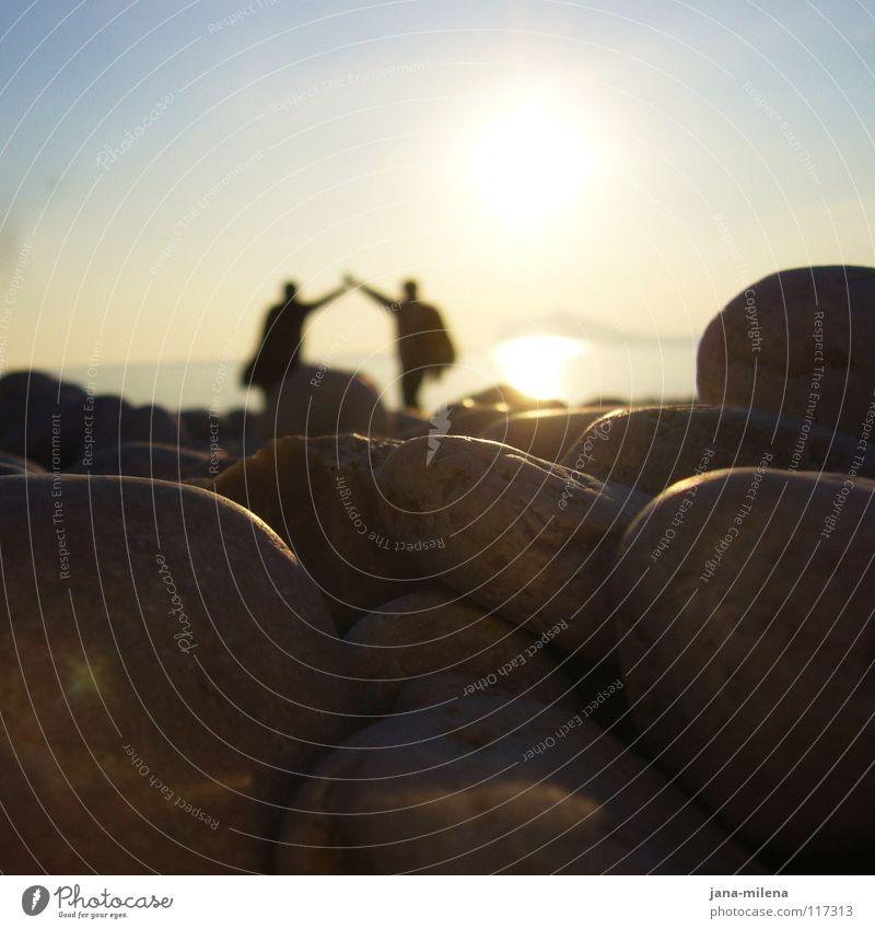 30 Jahre Ehe... Zusammensein Ehepaar Freundschaft Strand Ferien & Urlaub & Reisen Kieselsteine Vertrauen Meer Gegenlicht Beleuchtung Abenddämmerung Spanien