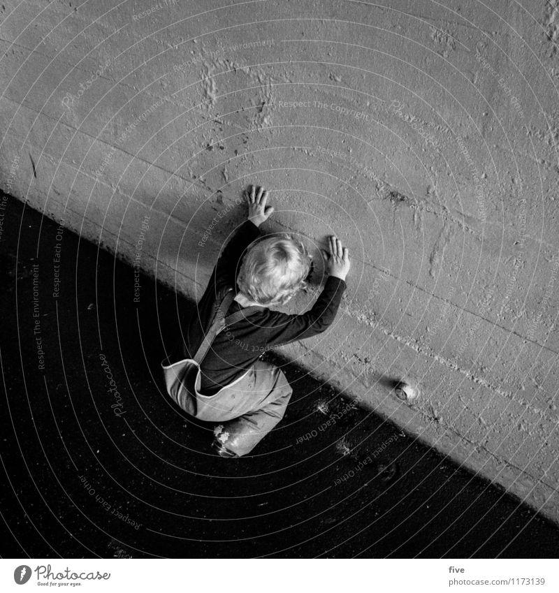 guck mal Mensch Kind Junge Familie & Verwandtschaft Kindheit Leben Körper 1 1-3 Jahre Kleinkind Spielen entdecken Freude Interesse Wand Beton Straße