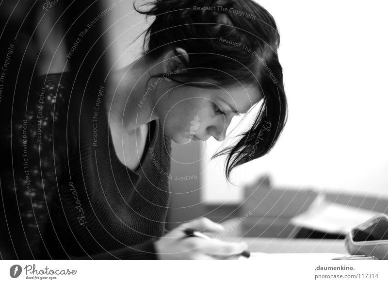 Block und Bleistift Frau Hand Gesicht Haare & Frisuren Denken Mund Nase Papier lernen Ohr authentisch Student Dame Konzentration zeichnen Gedanke