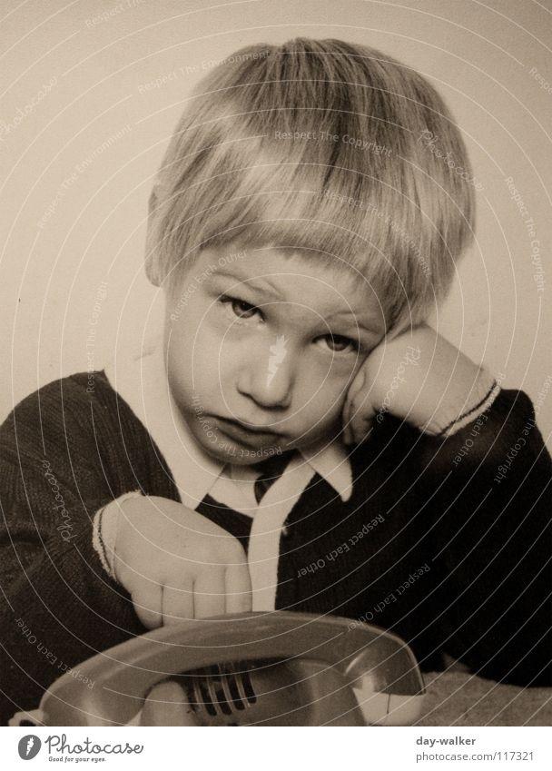 RUF MICH AN Kind alt Junge Haare & Frisuren Traurigkeit blond Telefon retro Spielzeug Jacke Langeweile Telefongespräch genervt