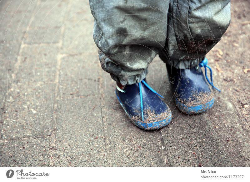 schlechtwetteroutfit Lifestyle Freizeit & Hobby Kind Kindheit Beine Fuß schlechtes Wetter Gummistiefel stehen dreckig blau grau Regenhose wasserdicht