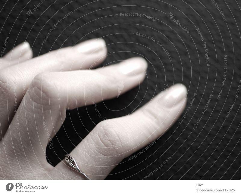Weiß auf Schwarz Hand weiß schwarz Gefühle Haut Finger Kreis zart fangen berühren festhalten Schmuck Griff Sinnesorgane Fingernagel sensibel