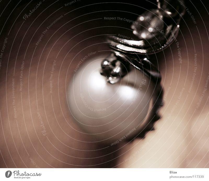 Eine Perle eingefasst in ein altes silbernes Schmuckstück Erbstück Kostbarkeit teuer fein dezent braun Accessoire verschönern Reichtum edel Ohrring