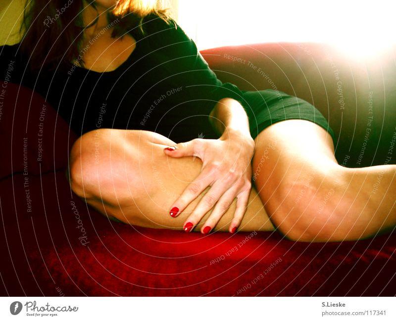 red rot Sofa Frau Kleid Licht Fingernagel schwarz Vergänglichkeit Beine