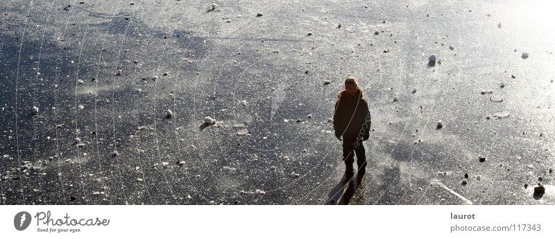 Eisprinz Winter weiß Einsamkeit Jahreszeiten Titisee Schwarzwald Schlittschuhe Spielen Glätte Freizeit & Hobby Außenaufnahme Gegenlicht Schnee Schatten