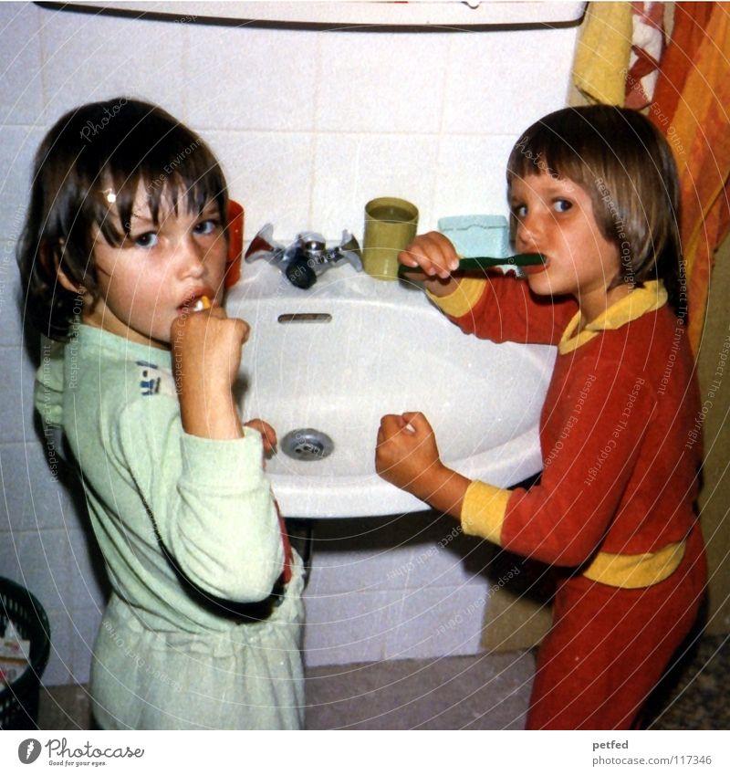 Was denn jetzt noch? Mensch Kind Mädchen alt Wohnung Zeit schlafen Bad Körperpflege Siebziger Jahre früher spät Kindererziehung Schlafanzug Zahnpflege