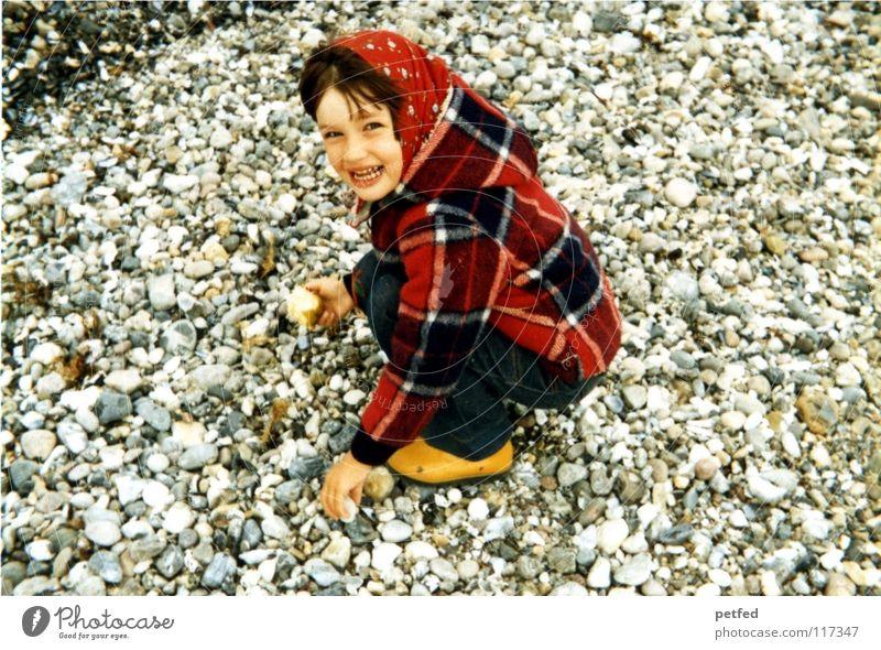 Rotkäppchen früher Siebziger Jahre Kind Mädchen Strand Fehmarn Ferien & Urlaub & Reisen Sammlung Wind Meer Stein Insel Erholung Leben Freude Unbeschwertheit