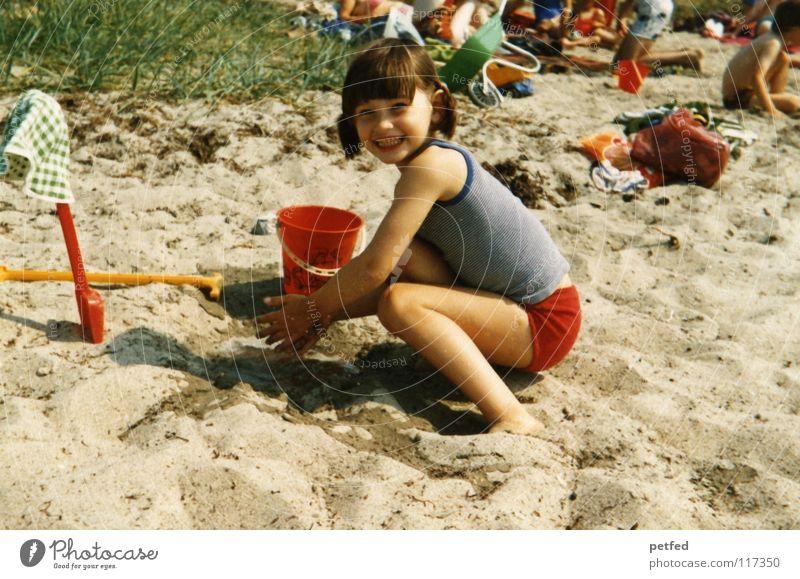 Urlaub in den 70zigern II Mensch Kind Mädchen Meer Freude Strand Ferien & Urlaub & Reisen Leben Erholung Spielen Stein Sand Wind Insel Sammlung Siebziger Jahre