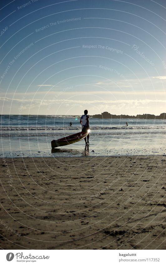 auf dem weg Meer Strand Küste Mann Wasserfahrzeug Ruderboot Paddel rot T-Shirt Wassersport Ferien & Urlaub & Reisen träumen Ladengeschäft Sommer Wolken