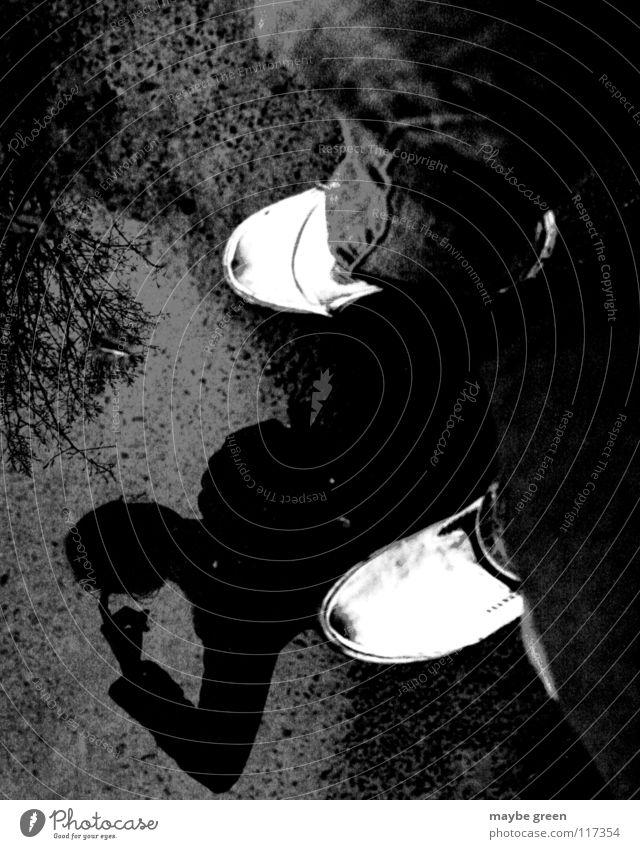Pfützendenker Mensch Natur Wasser weiß Blatt Herbst Gras Kopf Denken Vogel Regen Erde Schuhe Jeanshose kratzen