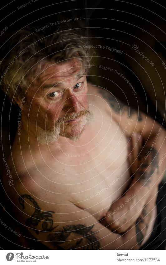 Herr Maier live und in Farbe Mensch maskulin Mann Erwachsene Männlicher Senior Leben Haut Kopf Brust 1 60 und älter Tattoo Bart Backenbart Blick sitzen