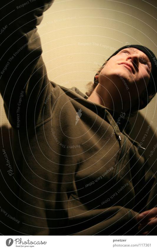 Licht Portrait Mann Jugendliche Freude Porträt dunkel oben hell Arme hoch Mütze ausgestreckt