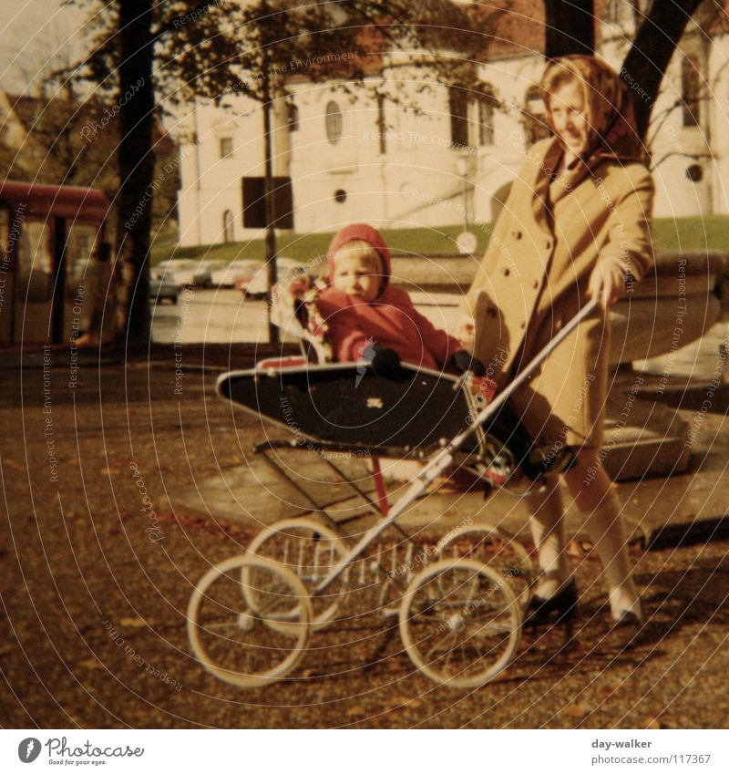 Teita gehen (fahren) Familie & Verwandtschaft Zusammensein Ausflug retro Mutter München Neugier Kleinkind historisch Bayern Kinderwagen