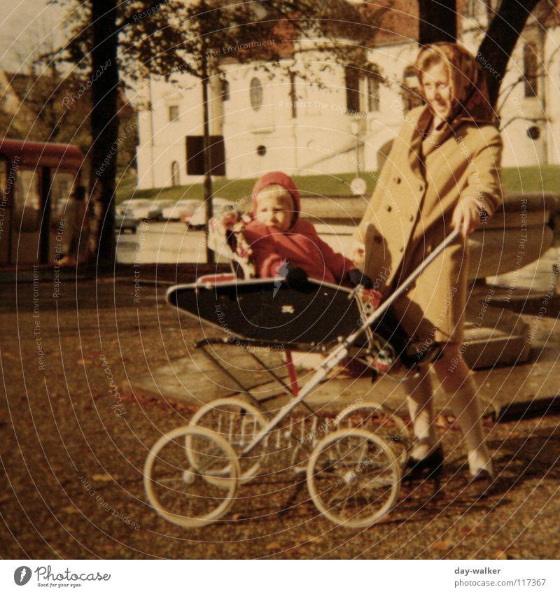 Teita gehen (fahren) Mutter Kinderwagen München Neugier retro Zusammensein Kleinkind Ausflug Außenaufnahme historisch