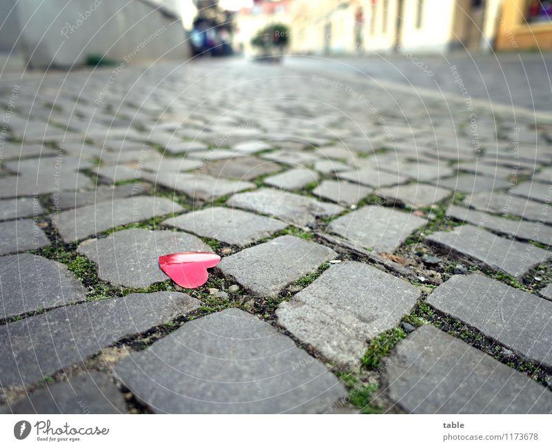 was bleibt . . . Stadt rot Straße Liebe Gefühle Glück klein grau Stein Metall glänzend liegen Herz Lebensfreude Zeichen Hochzeit