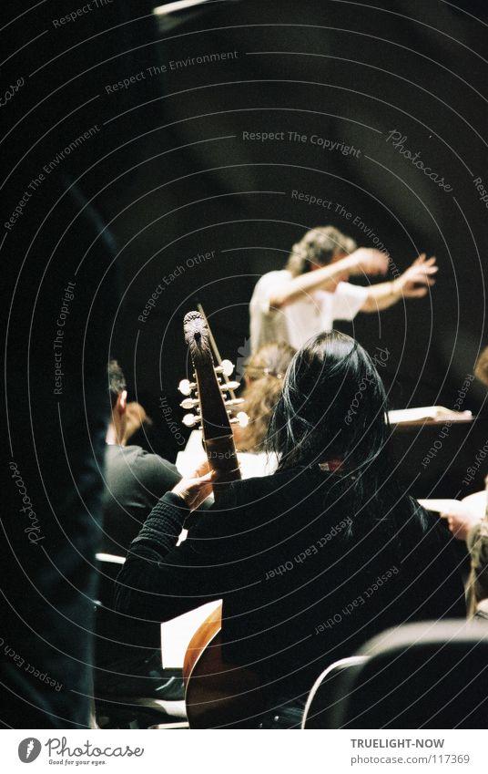 Passion 1 Dirigent vor Orchester Musik Mensch Kunst Künstler Kultur Konzert Musik hören Leidenschaft Konzentration Klassik Ensemble Orchesterprobe Gambe