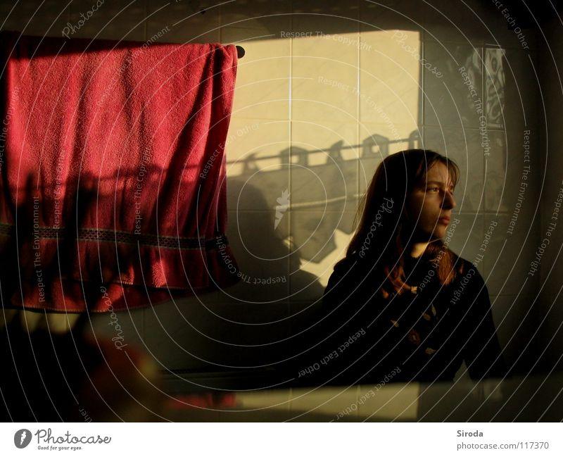Badgedanken Frau Mensch Jugendliche rot ruhig Einsamkeit feminin Fenster träumen Traurigkeit Denken hell Raum Erwachsene Wohnung Zeit