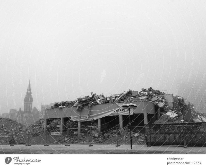 Die Kirche steht noch. Winter dunkel kalt Schnee hell Nebel Symbole & Metaphern chaotisch Ruine Krieg DDR Zerstörung Leipzig Heimat Demontage schlechtes Wetter