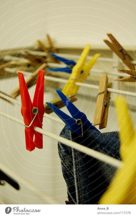 Klammergarten Hose Jeanshose hängen blau gelb rot Wäscheklammern Wäscheleine Kunststoff Haushalt einfach Unschärfe nah Farbe hell trocknen mehrfarbig Bekleidung