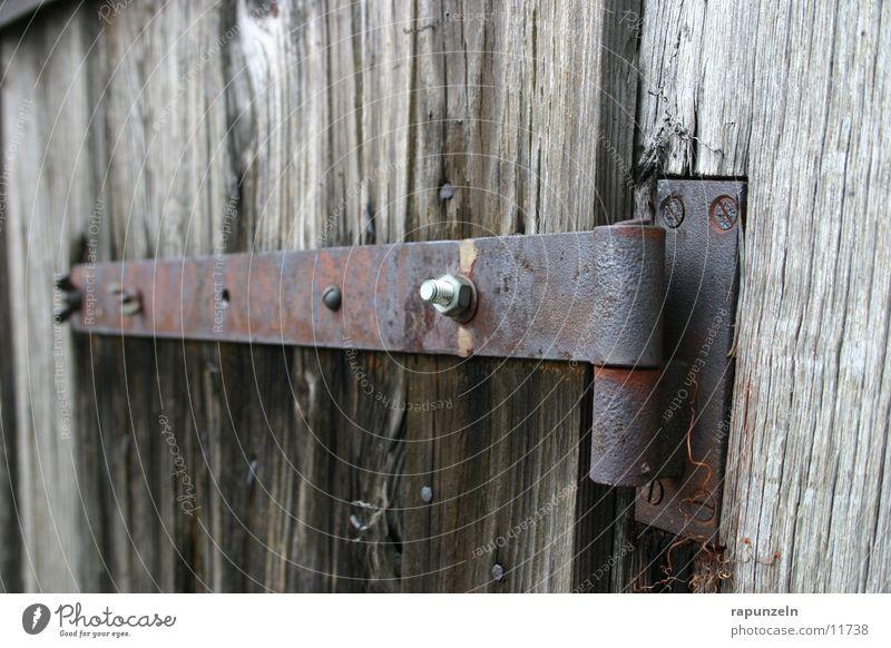 Scharniere alt Holz Metall Industrie kaputt verfallen Hütte Rost Ruine Schraube