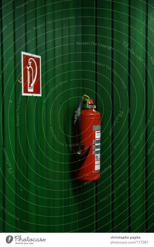 study in red/green oder: das gleiche in grün Feuerlöscher Brandschutz Holz Paneele Wand Hörsaal Piktogramm retten löschen Sicherheit gefährlich Notfall Holzmehl